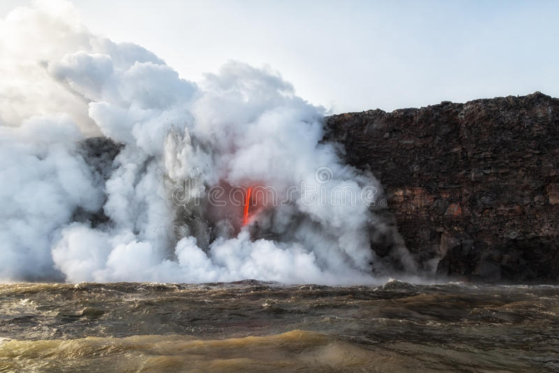 Explosions violentes de la lave chaude entrant dans l'eau froide photo libre de droits