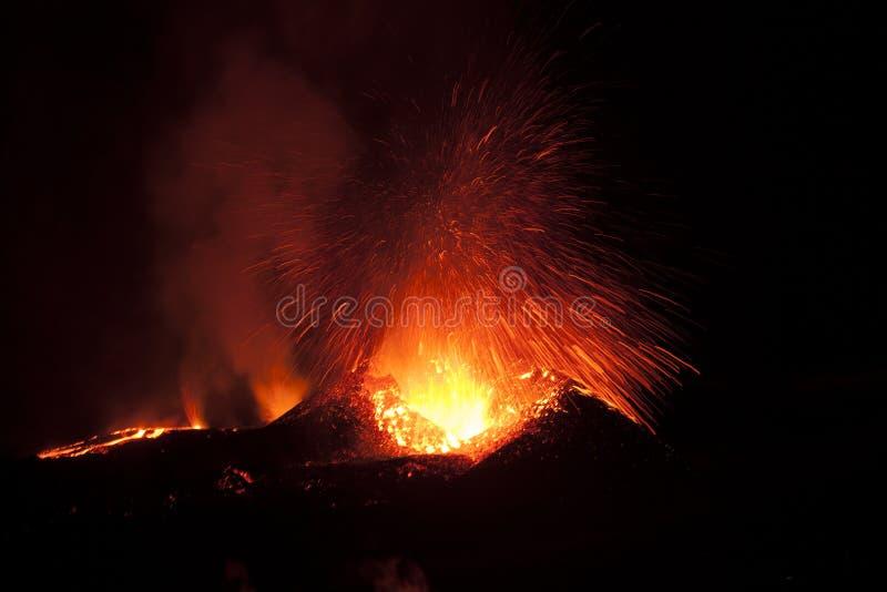 Explosionsexplosive Eruptionen mit langer Exposition sind durch Gasexplosionen charakterisiert, die Magma und Tephra antreiben lizenzfreie stockfotografie