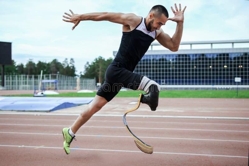 Explosiver Anfang des Athleten mit Handikap stockfotos