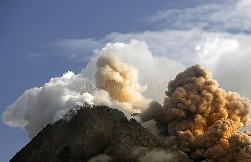 Explosivo de la montaña de Merapi, Yogyakarta Indonesia fotos de archivo