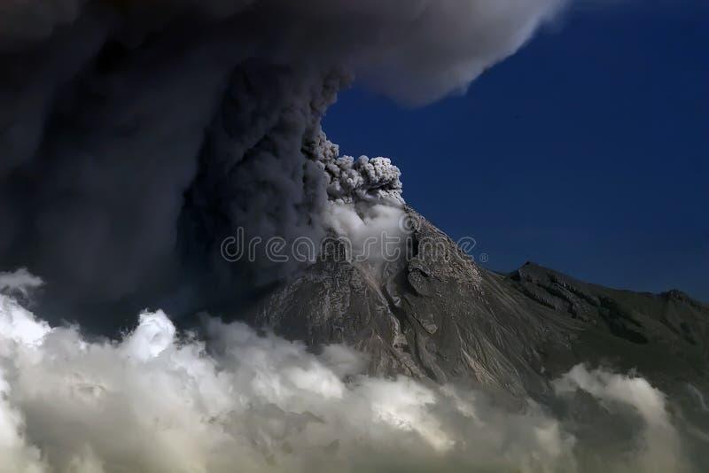 Explosivo de la montaña de Merapi, Yogyakarta Indonesia imagenes de archivo