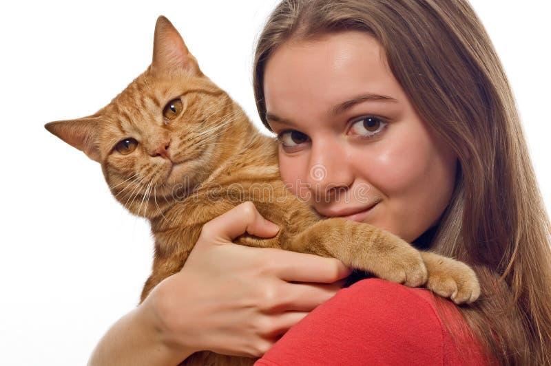 Explotación agrícola adolescente su gato del animal doméstico imagen de archivo
