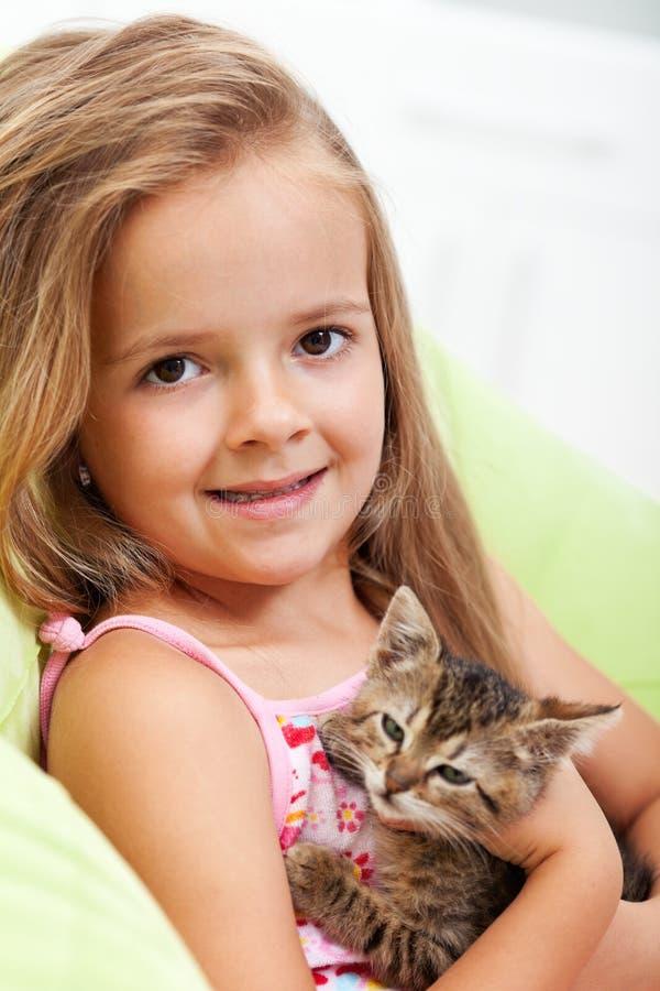 Explotación agrícola de la niña su gatito foto de archivo
