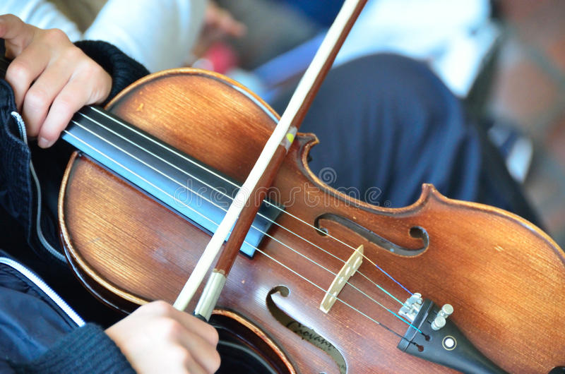 Explotación agrícola del niño su violín fotografía de archivo libre de regalías