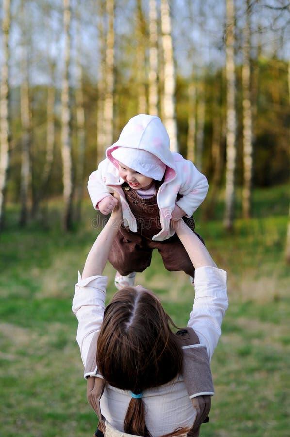 Explotación agrícola joven de la madre su bebé foto de archivo libre de regalías
