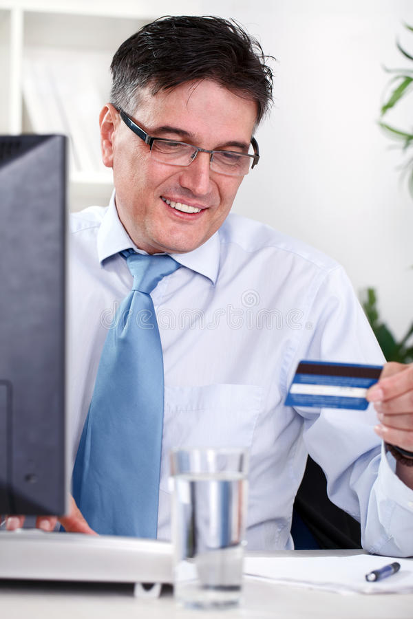 Explotación agrícola sonriente del hombre de negocios de la tarjeta de crédito imagenes de archivo