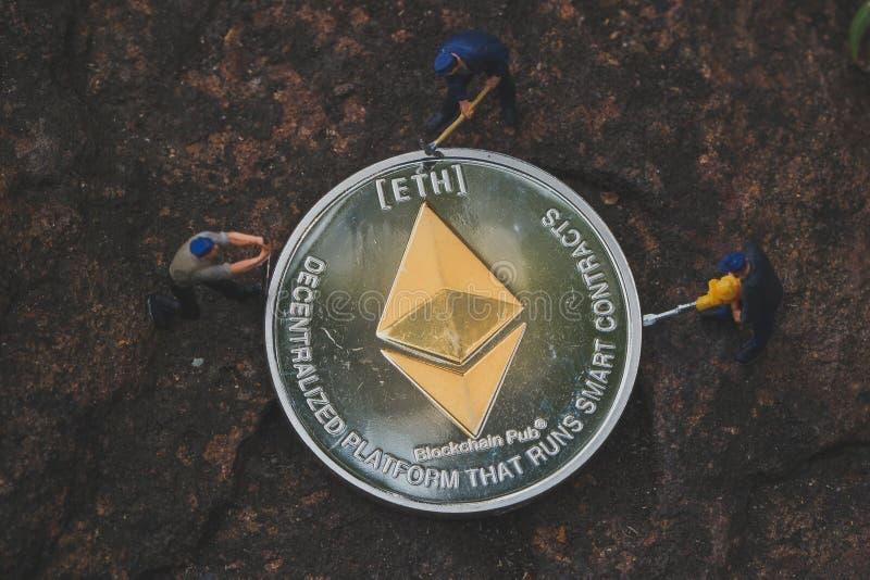 Explotación minera y mina ETH de Ethereum en sus dispositivos con nuestro software minero dedicado Cryptocurrency de la explotaci foto de archivo libre de regalías