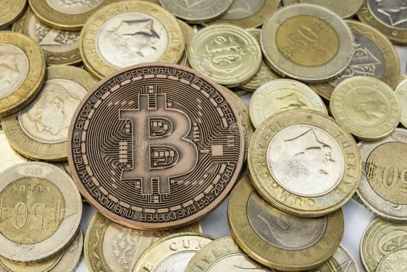 Explotaci?n minera del dinero de Cyripto cierre encima de la moneda f?sica del bitcoin fotos de archivo