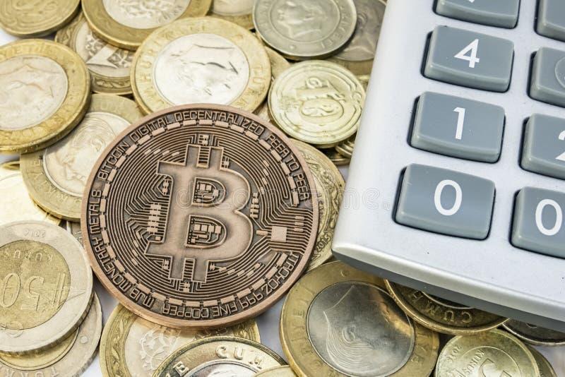 Explotaci?n minera del dinero de Cyripto cierre encima de la moneda f?sica del bitcoin imágenes de archivo libres de regalías
