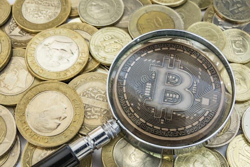 Explotaci?n minera del dinero de Cyripto cierre encima de la moneda f?sica del bitcoin imagen de archivo