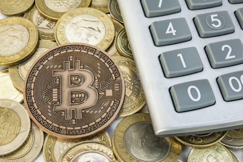 Explotaci?n minera del dinero de Cyripto cierre encima de la moneda f?sica del bitcoin fotografía de archivo libre de regalías