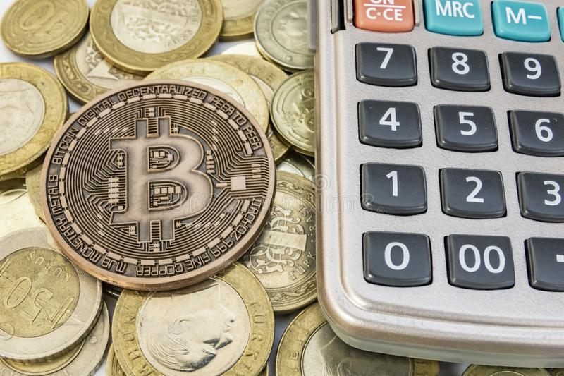 Explotaci?n minera del dinero de Cyripto cierre encima de la moneda f?sica del bitcoin imagen de archivo libre de regalías