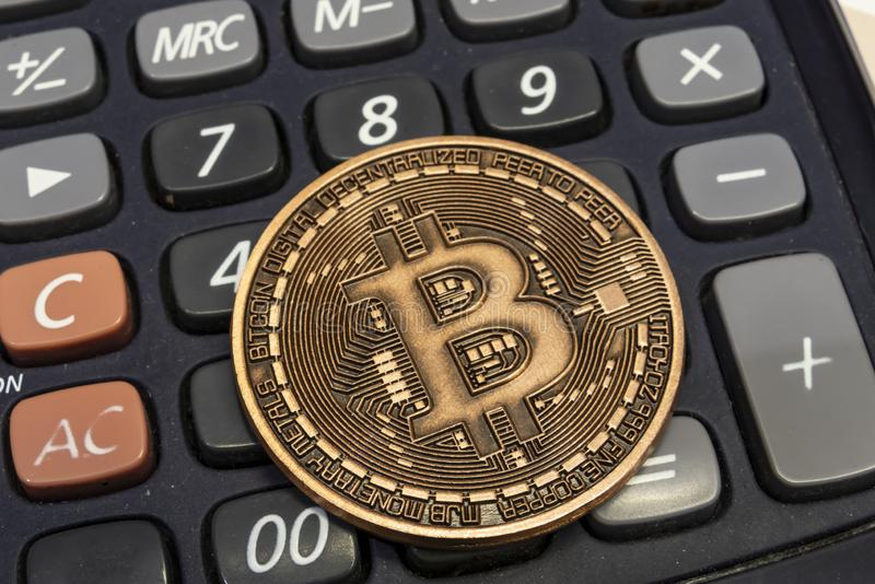 Explotaci?n minera del dinero de Cyripto cierre encima de la moneda f?sica del bitcoin foto de archivo