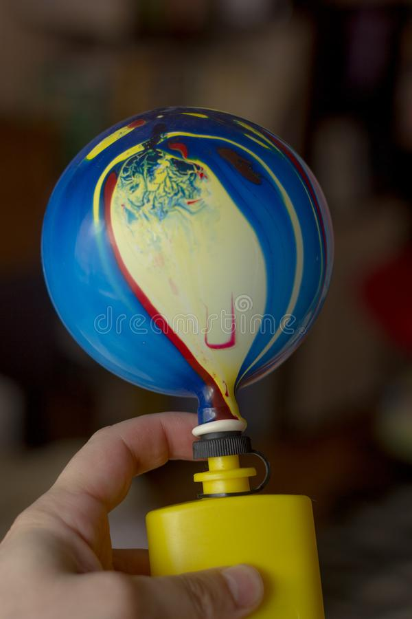 Explotar el globo con la bomba plástica fotos de archivo