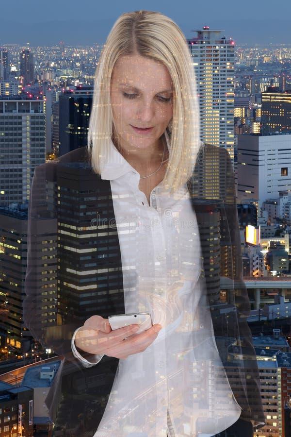 Expo del doble de la empresaria del teléfono móvil del smartphone de la mujer de negocios fotos de archivo libres de regalías
