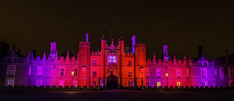 Exponerade Hampton Court Palace vid natt i Hampton Court, London, Förenade kungariket arkivbild
