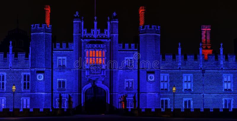 Exponerade Hampton Court Palace vid natt i Hampton Court, London, Förenade kungariket royaltyfria foton