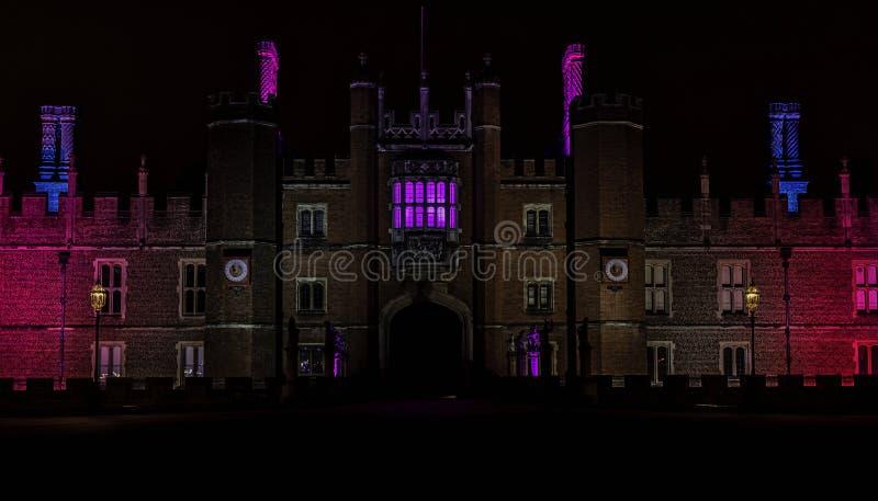 Exponerade Hampton Court Palace vid natt i Hampton Court, London, Förenade kungariket royaltyfri bild