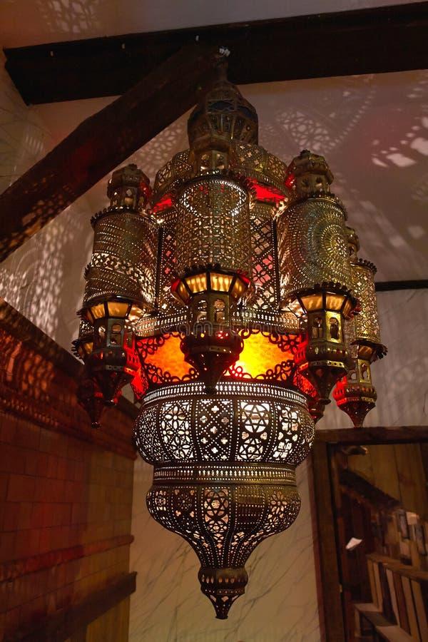 Exponerande modeller för marockansk lyktalampa av ljus på väggen royaltyfri foto
