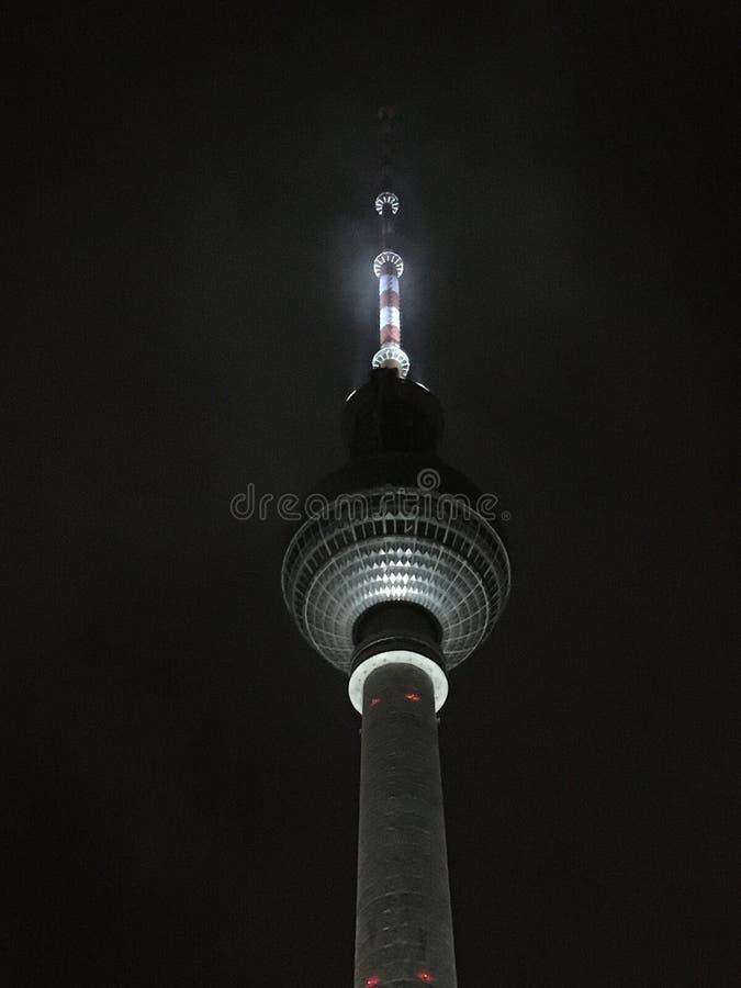 exponerat torn i en mörk natt royaltyfri fotografi
