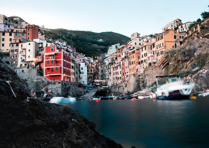 Exponering för vatten för låg vinkel för Riomaggiore cinqueterre lång arkivfoton