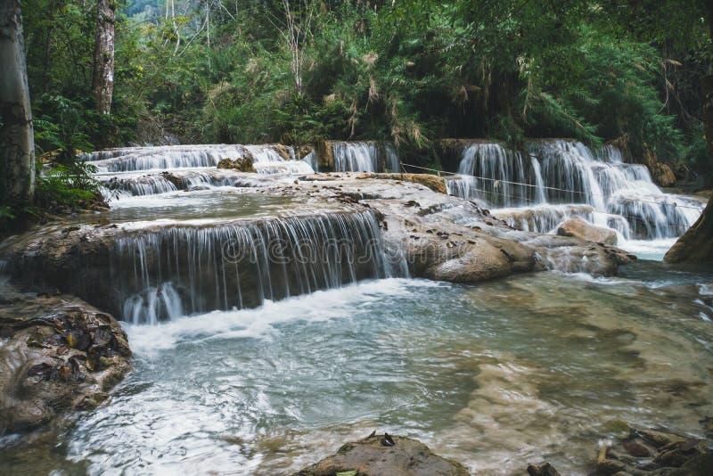 exponering long h?rligt landskap Vattenfall i den l?sa djungeln Asiatisk natur Djup skogvattenfall p? den Erawan vattenfallmedbor royaltyfria bilder