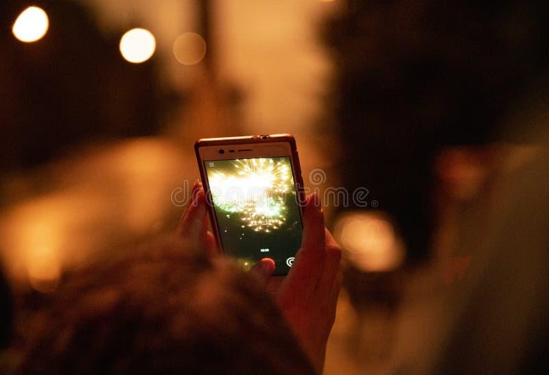 Exponeringar av fyrverkerier mot den mörka natthimlen arkivfoton