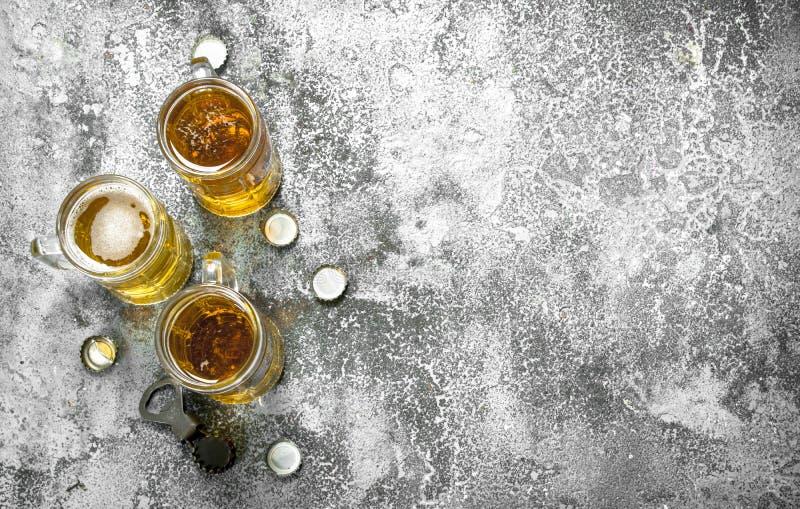 exponeringsglas av öl med en flasköppnare och proppar royaltyfria foton