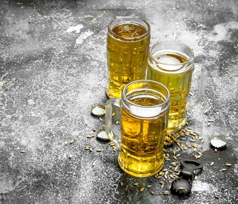 exponeringsglas av öl med en flasköppnare och proppar fotografering för bildbyråer
