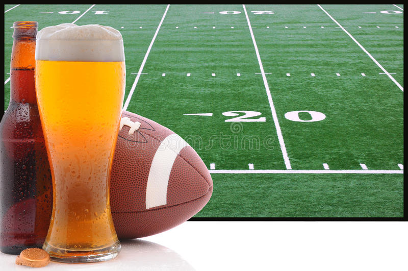 Exponeringsglas av öl och amerikansk fotboll royaltyfria foton