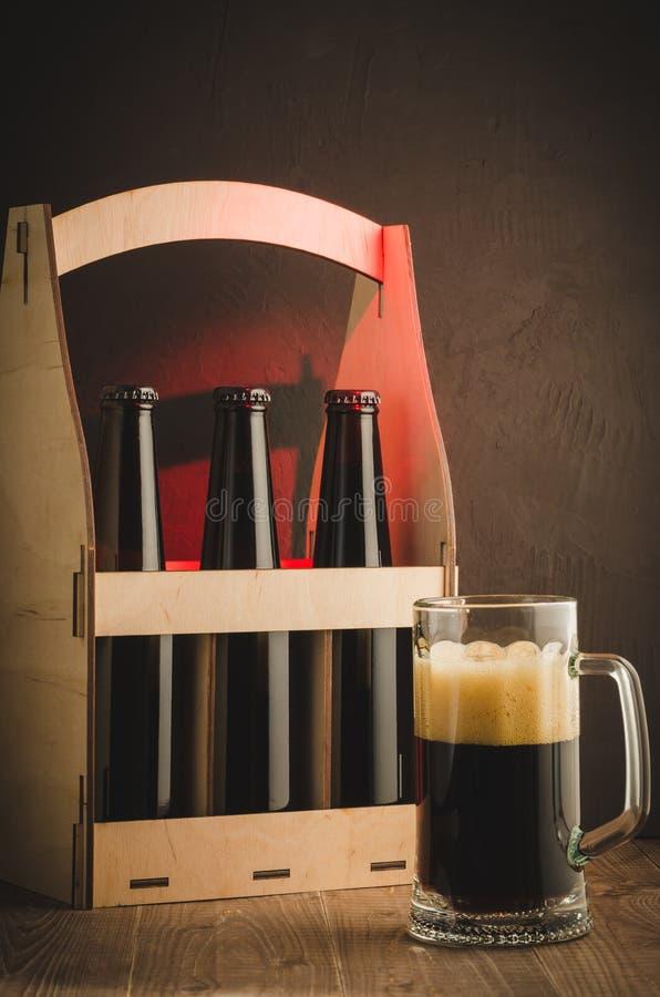 exponeringsglas av öl och asken med flaskor/exponeringsglas av öl och asken med flaskor på ett rött ljus Selektivt fokusera royaltyfria foton