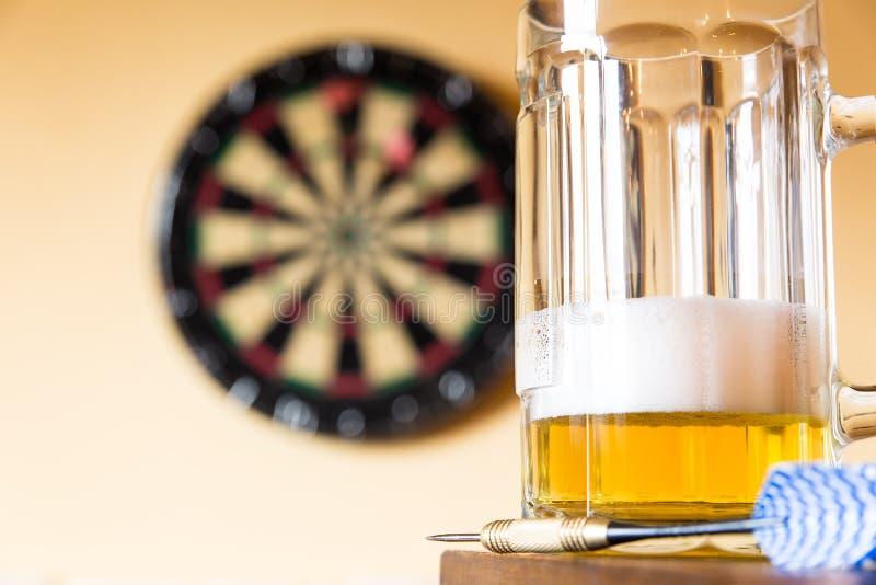 Exponeringsglas av öl och darttavlan royaltyfri foto