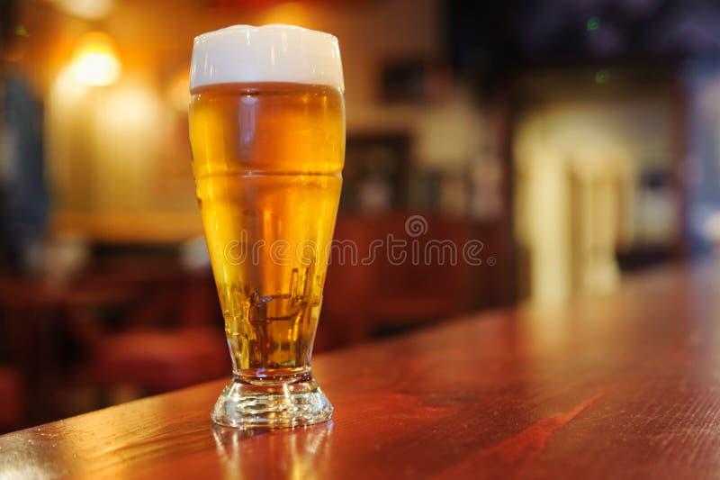 Exponeringsglas av öl på stången royaltyfria foton