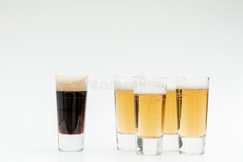 5 exponeringsglas av öl symboliserar mångfald royaltyfri bild