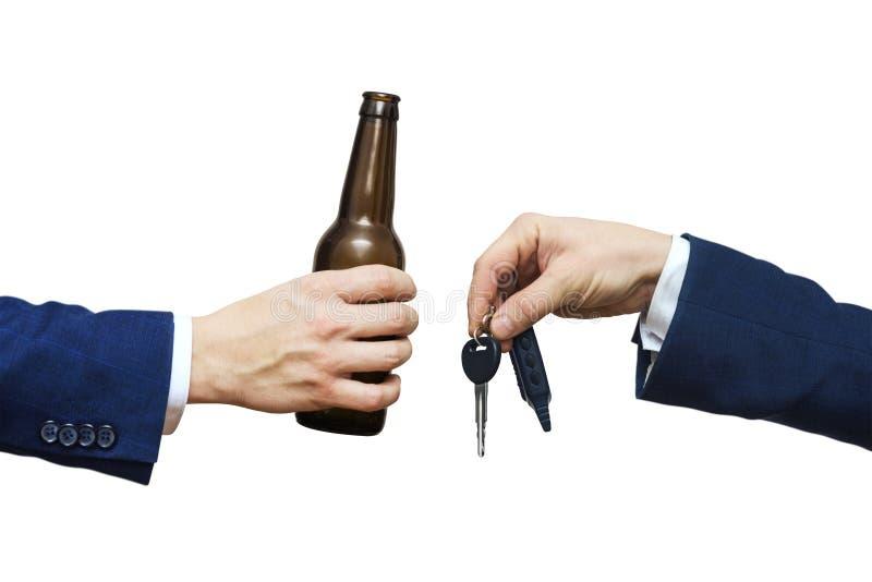 Exponeringsglas av alkoholdrycken i manhand- och biltangent i manhand Dricka inte och kör! Rattfylleri Drink- och automatisktange arkivbilder