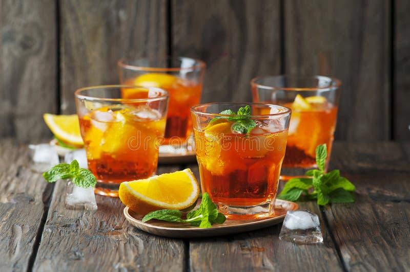 Exponeringsglas av aperol med is, apelsinen och mintkaramellen royaltyfria bilder