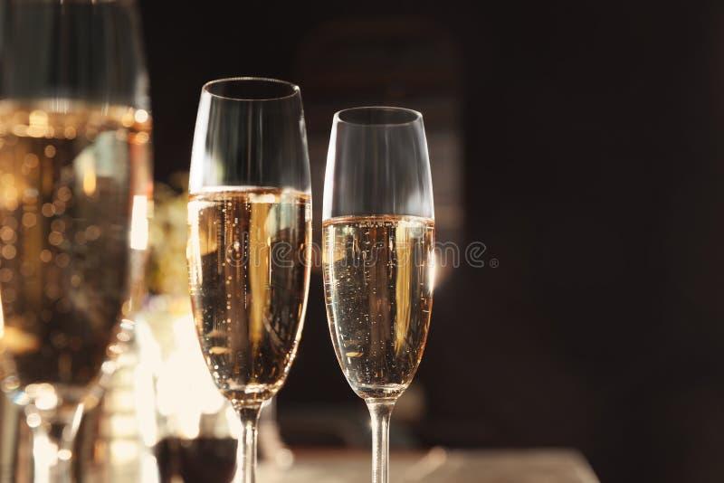 Exponeringsglas av champagne i stång royaltyfri bild