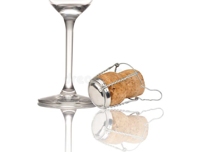 Exponeringsglas av champagne med kork royaltyfri foto