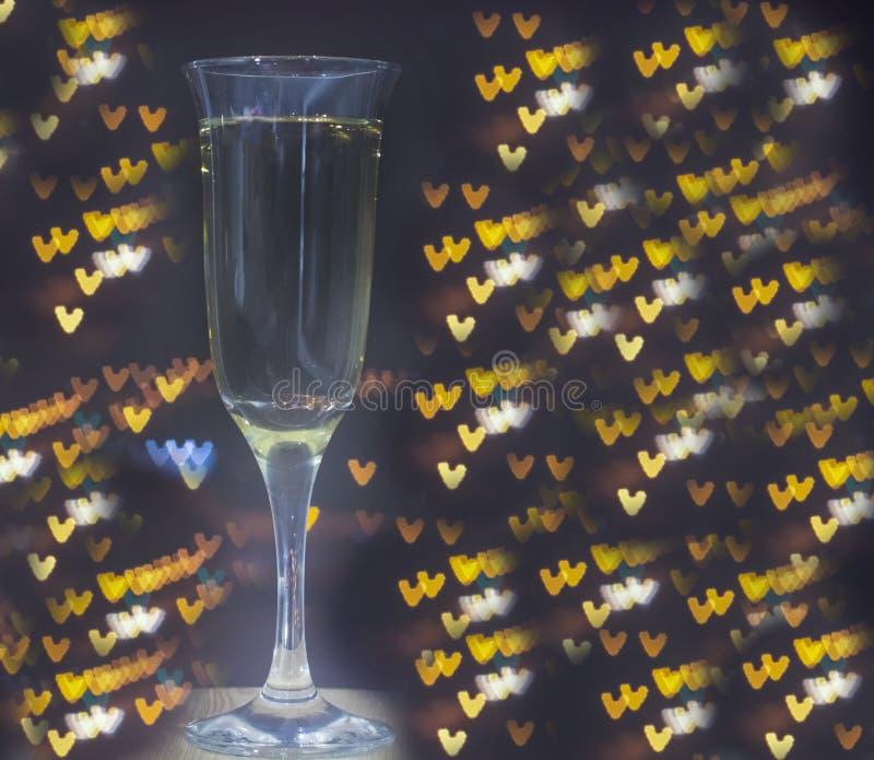 Exponeringsglas av champagne på bokehbakgrund arkivfoton