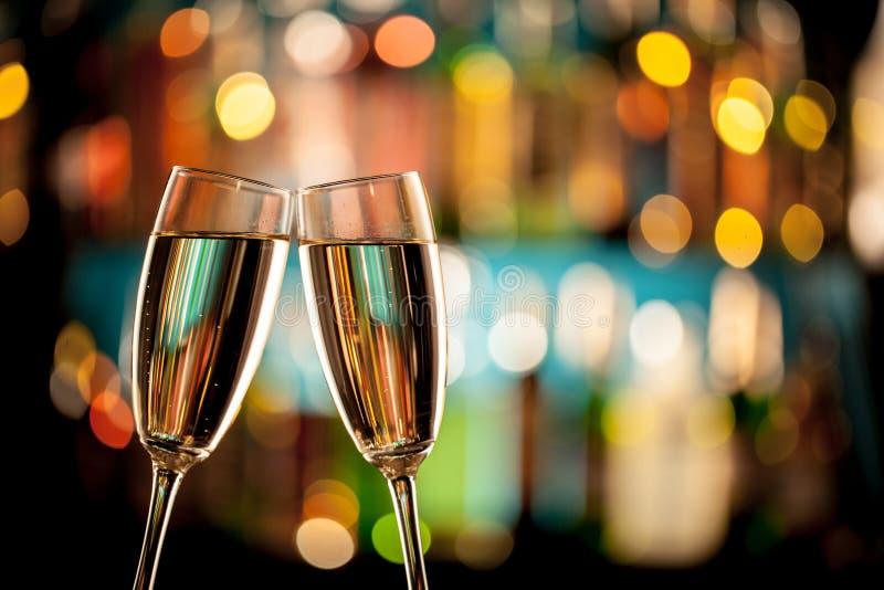 Exponeringsglas av champagne på stångräknare arkivbilder