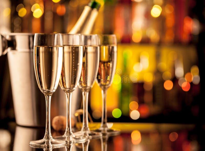 Exponeringsglas av champagne på stångräknare royaltyfri foto