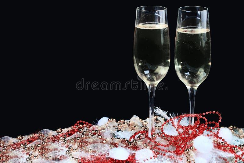 Exponeringsglas av champagne som dekoreras, på en svart bakgrund royaltyfri bild