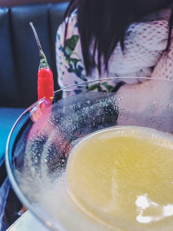 Exponeringsglas av coctailen martini med kopieringsutrymme royaltyfria bilder