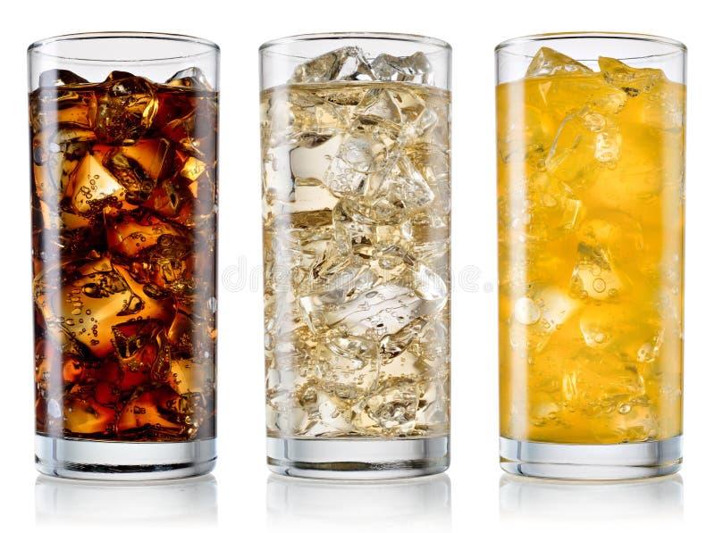 Exponeringsglas av cola, fanta, älva med iskuber som isoleras på vit W royaltyfria foton