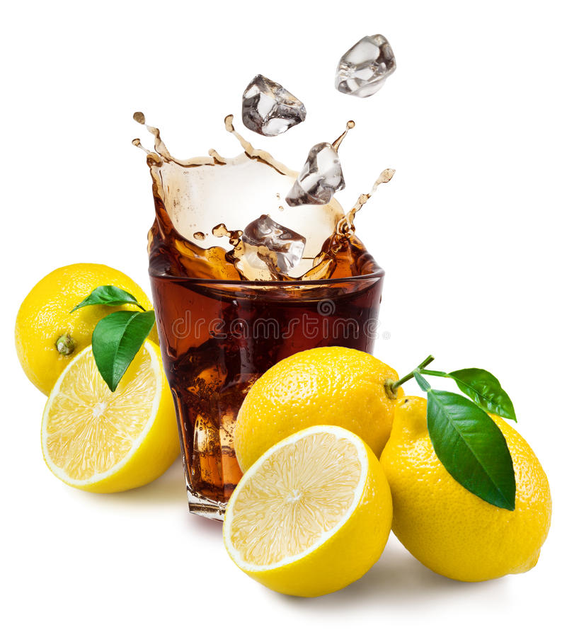 Exponeringsglas av cola med is och citronen som isoleras på vit. royaltyfri foto