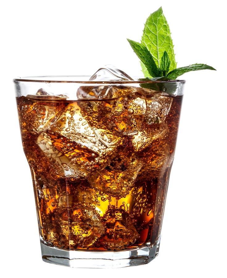 Exponeringsglas av cola med is som isoleras på vit royaltyfri foto