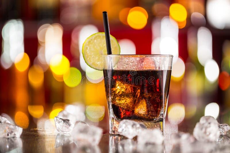 Exponeringsglas av coladrinken på stångräknare arkivfoto