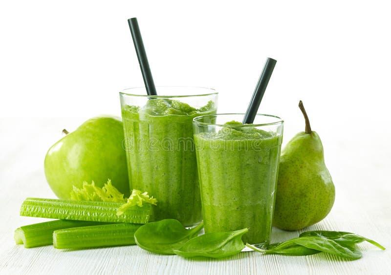 Exponeringsglas av den gröna smoothien arkivbilder