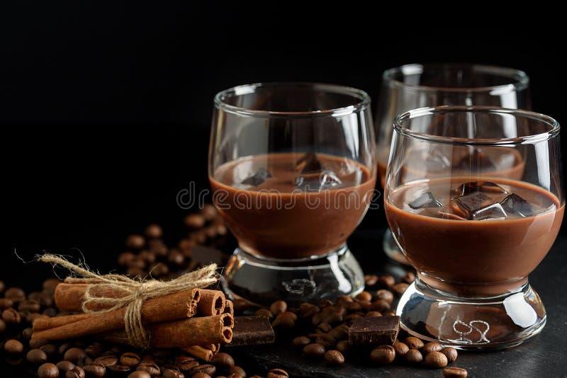 Exponeringsglas av den kräm- kaffecoctailen eller choklad martini på svart b royaltyfri fotografi
