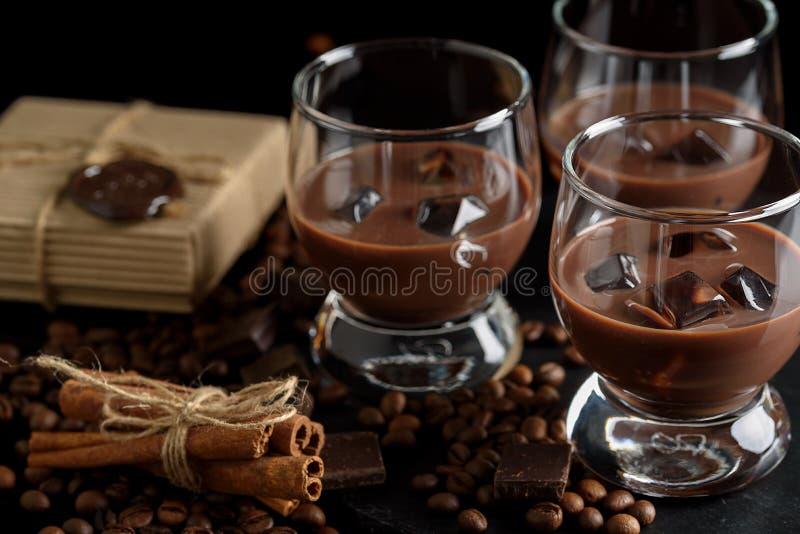 Exponeringsglas av den kräm- kaffecoctailen eller choklad martini på svart b royaltyfria foton